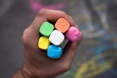 χρωματισμένη κιμωλία λαβή χεριών στοκ εικόνες