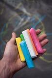 χρωματισμένη κιμωλία λαβή χεριών στοκ φωτογραφίες