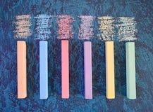 Χρωματισμένη κιμωλία σε ένα μπλε υπόβαθρο Στοκ Φωτογραφίες
