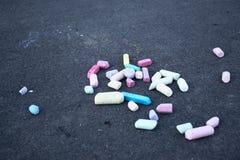 Χρωματισμένη κιμωλία στην γκρίζα άσφαλτο στοκ φωτογραφίες με δικαίωμα ελεύθερης χρήσης