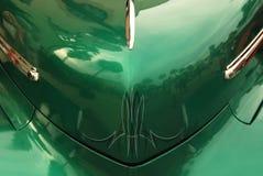 Χρωματισμένη κουκούλα του κλασικού αυτοκινήτου στοκ εικόνες