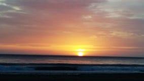 Χρωματισμένη κρητιδογραφία ανατολή πέρα από τη θάλασσα στοκ φωτογραφία με δικαίωμα ελεύθερης χρήσης