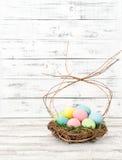 Χρωματισμένη κρητιδογραφία φωλιά αυγών Πάσχας Στοκ Φωτογραφία