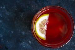 Χρωματισμένη λεμονάδα με το λεμόνι στη σκοτεινή επιφάνεια στοκ φωτογραφία