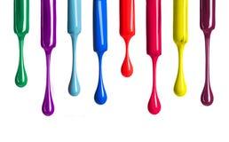Χρωματισμένη πτώση στιλβωτικών ουσιών καρφιών που απομονώνεται στο λευκό Στοκ Εικόνες