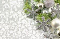 Χρωματισμένοι ασήμι διακοσμήσεις Χριστουγέννων και κλάδος δέντρων έλατου Στοκ Εικόνα