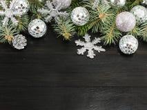 Χρωματισμένοι ασήμι διακοσμήσεις Χριστουγέννων και κλάδος δέντρων έλατου Στοκ Εικόνες
