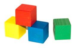 Χρωματισμένοι ξύλινοι κύβοι στο άσπρο υπόβαθρο Στοκ Φωτογραφίες
