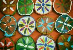 Χρωματισμένοι ξύλινοι κύκλοι στο πορτοκαλί υπόβαθρο Στοκ φωτογραφία με δικαίωμα ελεύθερης χρήσης