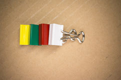 χρωματισμένοι συνδετήρες εγγράφου μετάλλων Στοκ Εικόνες