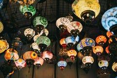 Χρωματισμένοι τουρκικοί λαμπτήρες που κρεμούν στο μεγάλο Bazaar Στοκ Φωτογραφίες