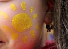Χρωματισμένος ήλιος στο μάγουλο ενός καλού κοριτσιού Στοκ εικόνα με δικαίωμα ελεύθερης χρήσης