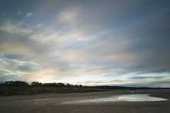 Χρωματισμένος ανατολή ουρανός στην ακτή Στοκ φωτογραφία με δικαίωμα ελεύθερης χρήσης