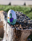 Χρωματισμένος βράχος με το χαριτωμένο δεινόσαυρο Στοκ Φωτογραφία
