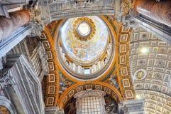 Χρωματισμένος θόλος του θόλου βασιλικών Αγίου Peter ` s Στοκ Εικόνες