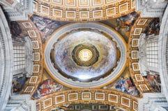 Χρωματισμένος θόλος του θόλου βασιλικών Αγίου Peter ` s Στοκ Φωτογραφία