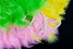 Χρωματισμένος διπλώνοντας τους ανεμιστήρες φιαγμένους από φτερά και perl περιδέραιο στο μαύρο υπόβαθρο Στοκ εικόνα με δικαίωμα ελεύθερης χρήσης