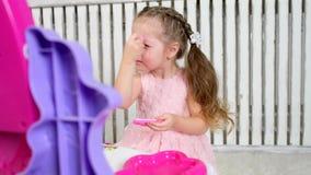 Χρωματισμένος κορίτσι καθρέφτης απόθεμα βίντεο