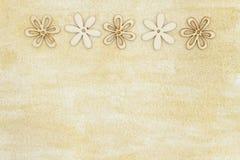 Χρωματισμένος ο χέρι στενοχωρημένος χρυσός ακτινοβολεί με το ξύλινο υπόβαθρο πετάλων λουλουδιών στοκ εικόνες με δικαίωμα ελεύθερης χρήσης