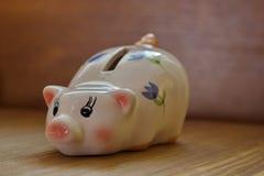 Χρωματισμένος πορσελάνη χοίρος χρημάτων, piggy τράπεζα Στοκ φωτογραφία με δικαίωμα ελεύθερης χρήσης