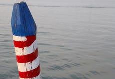 χρωματισμένος πόλος για να δέσει τη βάρκα Στοκ Φωτογραφίες