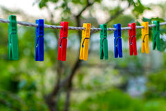 Χρωματισμένος clothespins για την ένωση λινού Στοκ φωτογραφίες με δικαίωμα ελεύθερης χρήσης