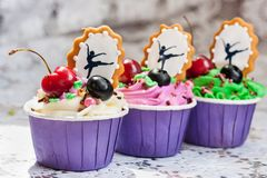 Χρωματισμένος cupcakes στοκ εικόνα