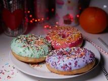 Χρωματισμένος donuts με ψεκάζει Στοκ φωτογραφία με δικαίωμα ελεύθερης χρήσης