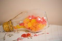 Χρωματισμένος jellybeans στο βάζο γυαλιού βολβών στοκ εικόνες με δικαίωμα ελεύθερης χρήσης