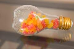 Χρωματισμένος jellybeans στο βάζο γυαλιού βολβών στοκ φωτογραφία με δικαίωμα ελεύθερης χρήσης
