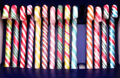 Χρωματισμένος lollipops στη σειρά και μια λείπει στοκ φωτογραφίες