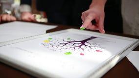 Χρωματισμένο δάχτυλα οικογενειακό δέντρο ακολουθίας απόθεμα βίντεο