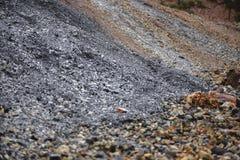 χρωματισμένο αμμοχάλικο Η παραγωγή της συντριμμένης πέτρας εγκαταλειμμένο ορυχείο στοκ εικόνα