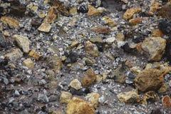 χρωματισμένο αμμοχάλικο Η παραγωγή της συντριμμένης πέτρας εγκαταλειμμένο ορυχείο στοκ εικόνα με δικαίωμα ελεύθερης χρήσης