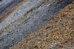 χρωματισμένο αμμοχάλικο Η παραγωγή της συντριμμένης πέτρας εγκαταλειμμένο ορυχείο στοκ εικόνες με δικαίωμα ελεύθερης χρήσης