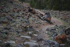χρωματισμένο αμμοχάλικο Η παραγωγή της συντριμμένης πέτρας εγκαταλειμμένο ορυχείο στοκ εικόνες