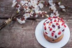 χρωματισμένο ανασκόπηση Πάσχας αυγών eps8 διάνυσμα τουλιπών μορφής κόκκινο Παραδοσιακά τρόφιμα στον πίνακα διακοπών - ψωμιά με τη Στοκ εικόνα με δικαίωμα ελεύθερης χρήσης