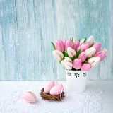 χρωματισμένο ανασκόπηση Πάσχας αυγών eps8 διάνυσμα τουλιπών μορφής κόκκινο Διακοσμητικά αυγά Πάσχας και ρόδινες τουλίπες στο βάζο Στοκ Εικόνες
