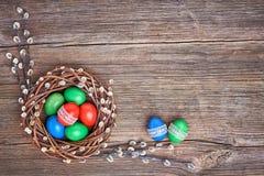 χρωματισμένο ανασκόπηση Πάσχας αυγών eps8 διάνυσμα τουλιπών μορφής κόκκινο Στεφάνι ιτιών Πάσχας και ζωηρόχρωμα αυγά Πάσχας στο πα Στοκ Φωτογραφίες