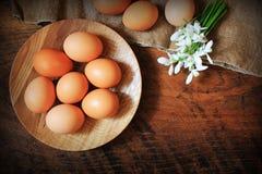χρωματισμένο ανασκόπηση Πάσχας αυγών eps8 διάνυσμα τουλιπών μορφής κόκκινο Αγροτικός ξύλινος πίνακας με το πιάτο, το αυγό, τα λου Στοκ φωτογραφία με δικαίωμα ελεύθερης χρήσης