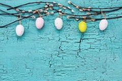 χρωματισμένο ανασκόπηση Πάσχας αυγών eps8 διάνυσμα τουλιπών μορφής κόκκινο Κλάδος ιτιών και αυγά Πάσχας στο μπλε υπόβαθρο διάστημ Στοκ φωτογραφία με δικαίωμα ελεύθερης χρήσης
