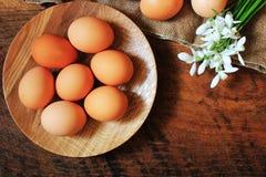 χρωματισμένο ανασκόπηση Πάσχας αυγών eps8 διάνυσμα τουλιπών μορφής κόκκινο Αγροτικός ξύλινος πίνακας με το πιάτο, το αυγό, τα λου Στοκ Φωτογραφία