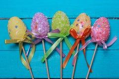 χρωματισμένο ανασκόπηση Πάσχας αυγών eps8 διάνυσμα τουλιπών μορφής κόκκινο Πολύχρωμα διακοσμημένα αυγά Πάσχας, πολύχρωμη σκόνη σε Στοκ φωτογραφίες με δικαίωμα ελεύθερης χρήσης