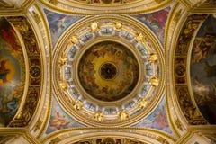 Χρωματισμένο ανώτατο όριο στον καθεδρικό ναό στοκ εικόνες
