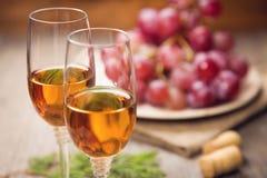 χρωματισμένο απεικόνιση κρασί χεριών σταφυλιών Στοκ Εικόνες