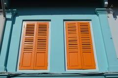 Χρωματισμένο αποικιακό αραβικό τέταρτο παραθύρων και παραθυρόφυλλων, Σιγκαπούρη Στοκ Εικόνα
