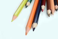 χρωματισμένο απομονωμένο λευκό μολυβιών μολυβιών ανασκόπησης χρώμα Στοκ Φωτογραφίες