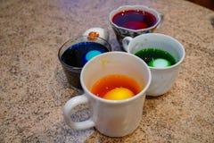 Χρωματισμένο αυγό για Πάσχα, διαδικασία, μπλε νερό στοκ φωτογραφία με δικαίωμα ελεύθερης χρήσης