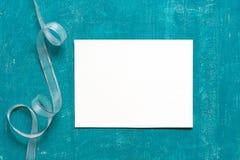 Χρωματισμένο ηλικίας μπλε υπόβαθρο με το κενό φύλλο του εγγράφου Στοκ εικόνα με δικαίωμα ελεύθερης χρήσης