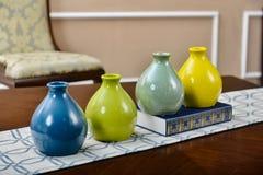 Χρωματισμένο κεραμικό βάζο στο διακοσμητικό αντικείμενο γραφείων στοκ φωτογραφία